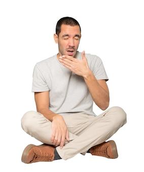 Znudzony młody człowiek ziewanie gest