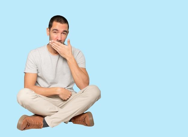 Znudzony Młody Człowiek Ziewanie Gest Premium Zdjęcia