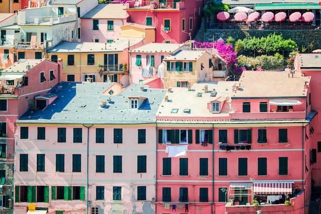 Zobacz architekturę miasta vernazza. vernazza jest jedną z najpopularniejszych starych miejscowości w cinque terre, taly