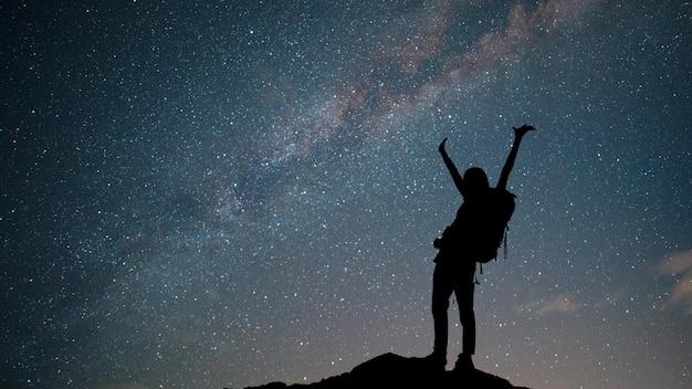 Zobacz kosmos wszechświat strzał galaktyki drogi mlecznej z gwiazdami na nocnym niebie