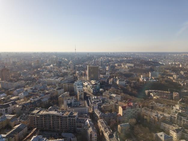 Zobacz krajobraz kijowa z dzielnicami wozdwiżenka, podol i dorogożycz oraz centrum kijowa na ukrainie. zdjęcie z drona