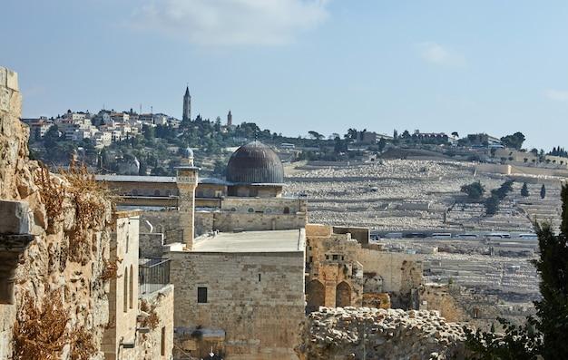 Zobacz meczet onl-aqsa ze starożytnego muru miejskiego