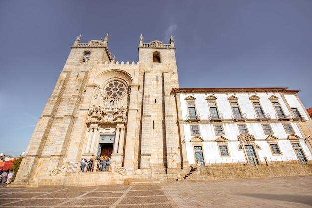 Zobacz na fasadzie katedry se w słoneczny dzień w mieście porto, portugalia