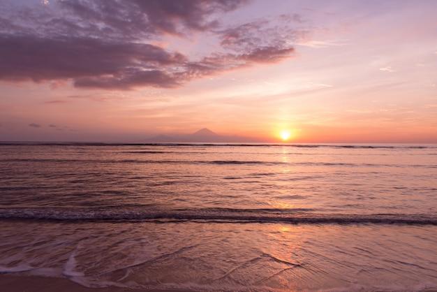 Zobacz na wyspie bali o zachodzie słońca