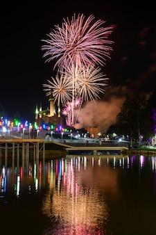 Zobacz niesamowite fajerwerki świecące na nocnym niebie
