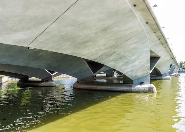Zobacz pod mostem esplanade w singapurze