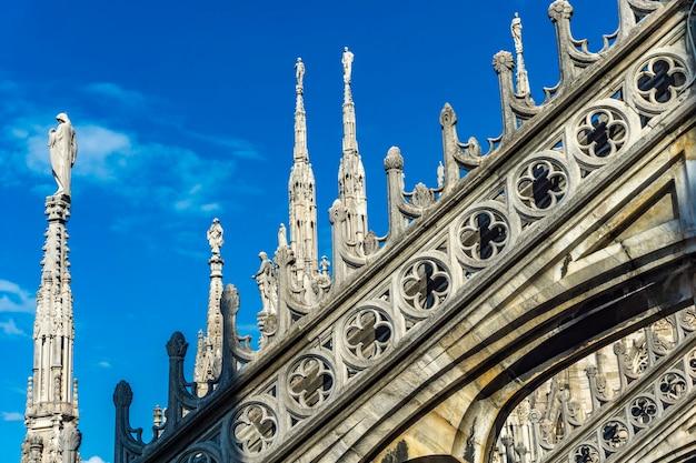 Zobacz posągi z białego marmuru na dachu słynnej katedry duomo di milano we włoszech