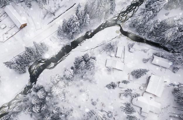 Zobacz powietrzny zimowy krajobraz w pięknych ośnieżonych górach