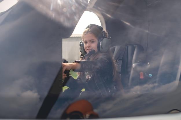 Zobacz przez szybę animowanej dziewczyny w kokpicie helikoptera sięgającej do deski rozdzielczej