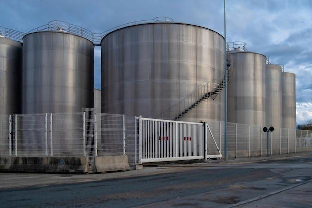 Zobacz terminale dystrybucji ropy zbiorniki w maladze port