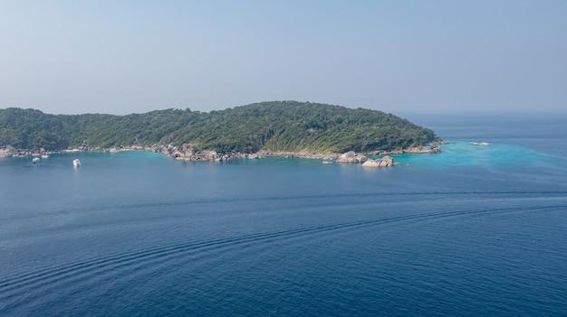 Zobacz widok na wyspy similan piękne krystalicznie czyste morze na tropikalnej wyspie wyspa similan morze andamańskie tajlandia