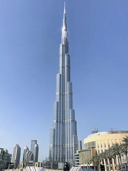 Zobacz wieżę burdż chalifa i część miasta