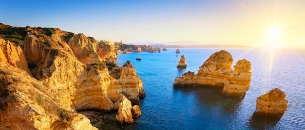 Zobacz wybrzeże o wschodzie słońca, algarve, portugalia
