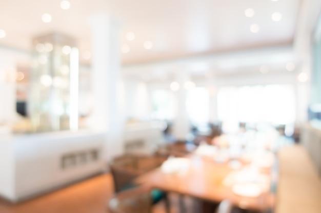 Zogniskowany restauracja z drewnianym stole w środku