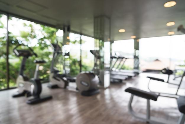 Zogniskowany siłowni z dużymi oknami