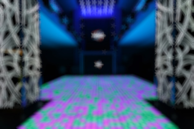 Zogniskowany wpis disco z fioletowymi i zielonymi kwadratami