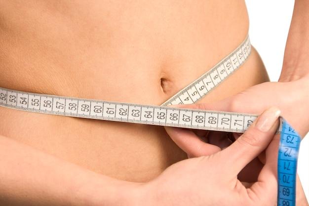 Żołądek pięknej kobiety z miarą.