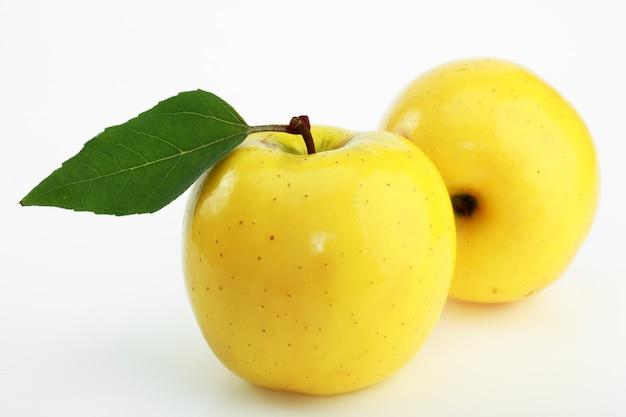 Żółci dojrzali jabłka na białym tle