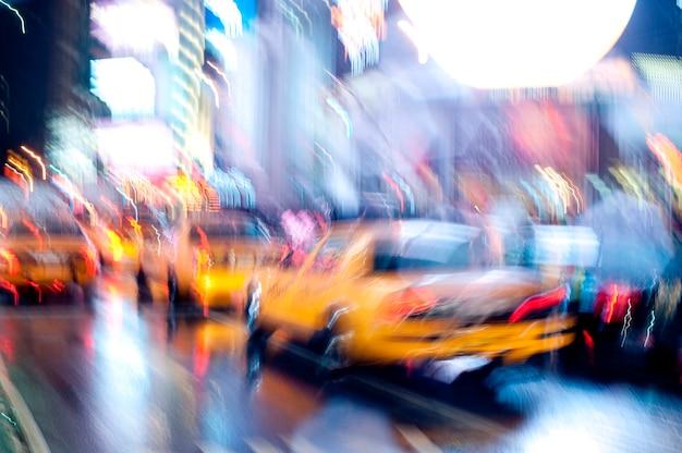 Żółci taxi na ulicach w manhattan, miasto nowy jork, usa
