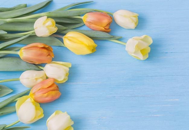 Żółci tulipany na drewnianym tle