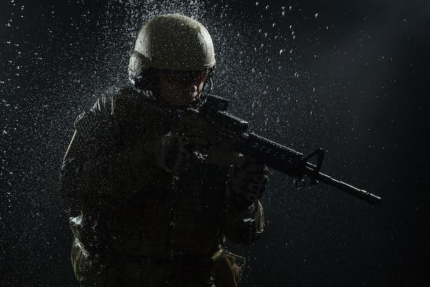 Żołnierz armii usa w deszczu