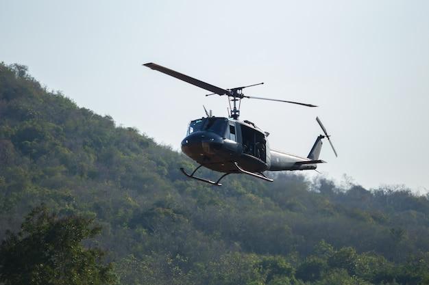 Żołnierz helikoptera lądował w dżungli.