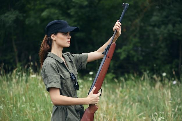 Żołnierz kobieta trzyma broń w rękach