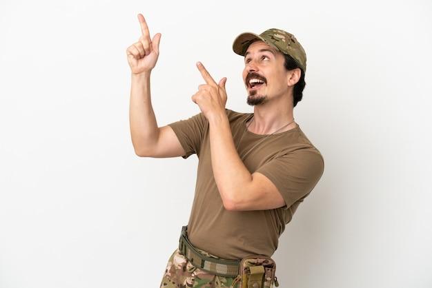 Żołnierz mężczyzna na białym tle wskazujący palcem wskazującym świetny pomysł