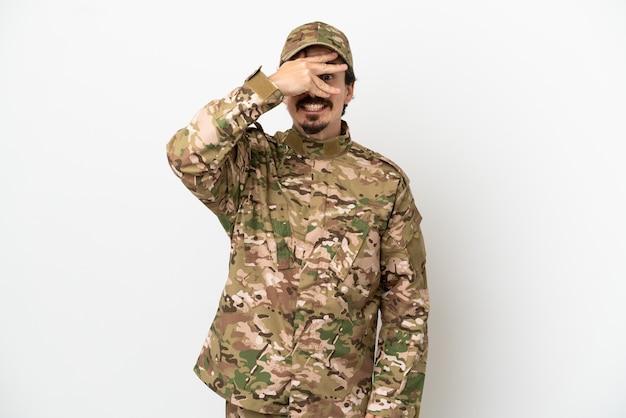 Żołnierz na białym tle zakrywający oczy rękami i uśmiechnięty