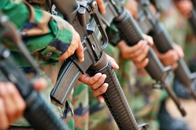 Żołnierz niosący broń