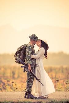 Żołnierz noszenie munduru i oblubienicy przytulanie
