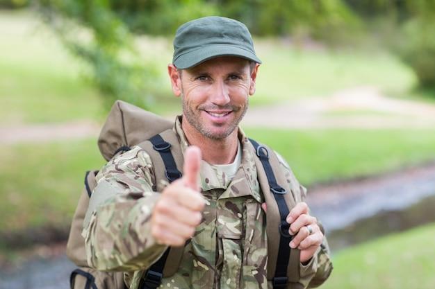 Żołnierz patrząc na kamery kciuki