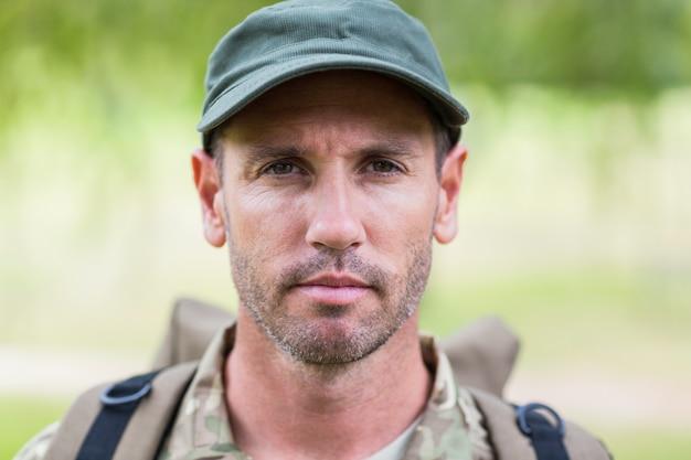 Żołnierz patrząc na kamery