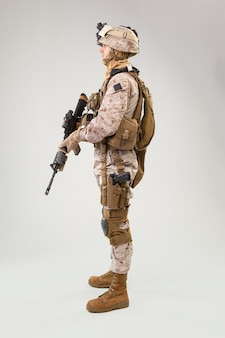Żołnierz piechoty, amerykański marynarz w mundurze bojowym, hełmie i pancerzu