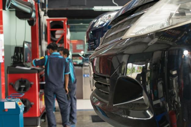 Żołnierz sprawdza zawieszenie w samochodzie przy garażem