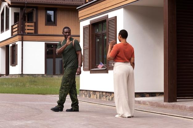 Żołnierz stanów zjednoczonych opuszczający rodzinę