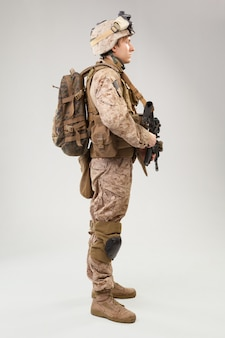 Żołnierz w amerykańskim mundurze marines z karabinem
