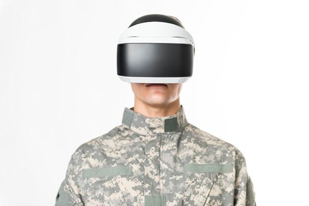 Żołnierz w goglach vr do symulacji treningu technologii wojskowej