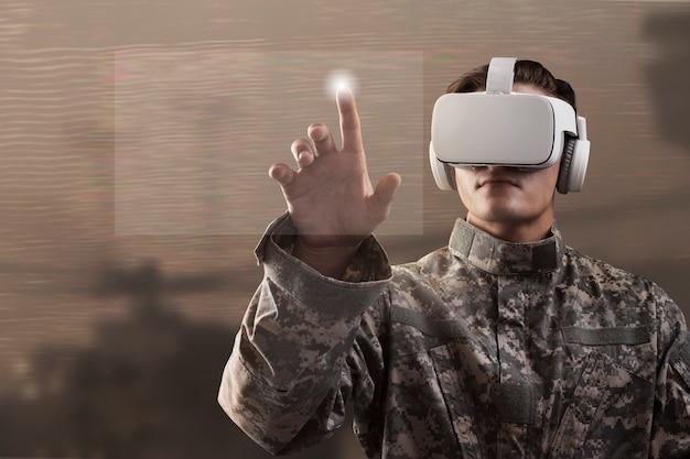 Żołnierz w goglach vr dotykający wirtualnego ekranu