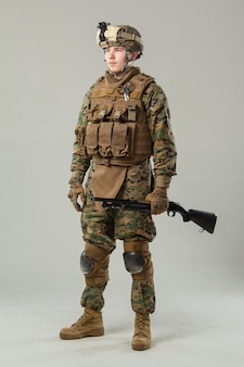 Żołnierz w karabinie kamuflażu
