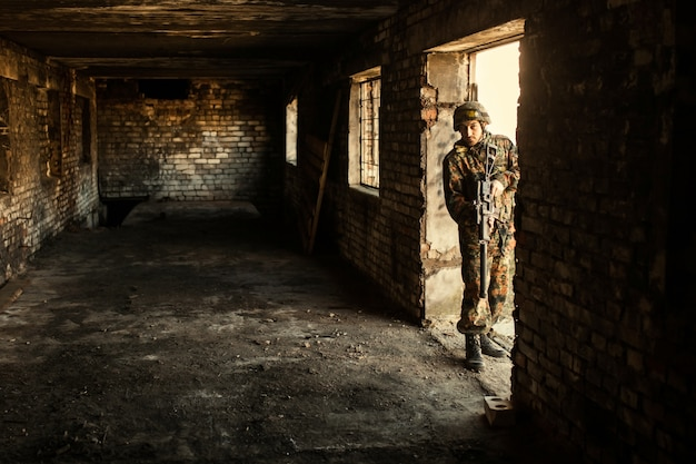 Żołnierz w wojnie z bronią