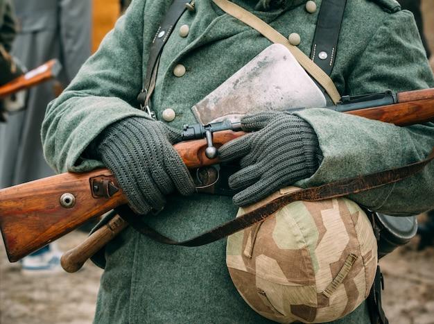 Żołnierz w zimowym mundurze z karabinem w rękach