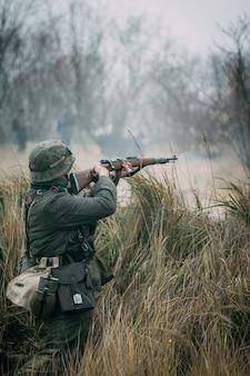 Żołnierz wehrmacht strzela z karabinu