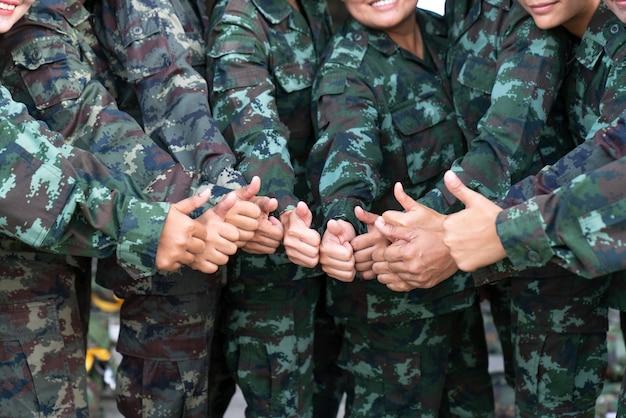 Żołnierz wiele kciuków w górę
