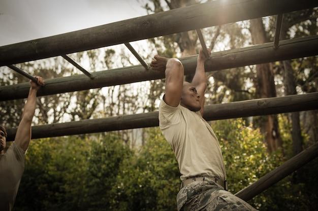 Żołnierz wspinający się po drabinkach
