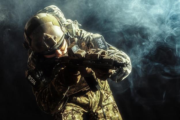 Żołnierza sił specjalnych z karabinem na ciemnym tle