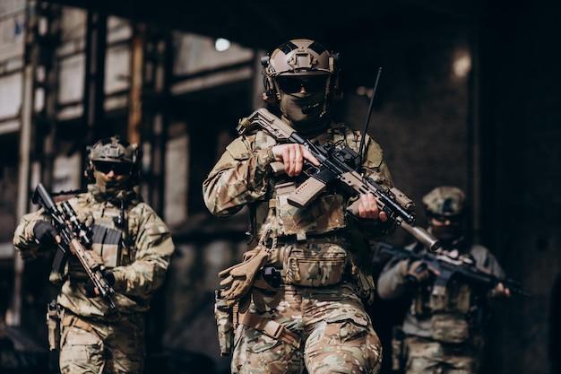 Żołnierze armii walczący bronią i bronią swojego kraju