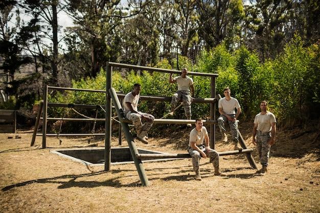 Żołnierze siedzący na torze przeszkód w bootcampie
