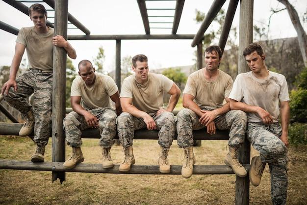 Żołnierze siedzący na torze przeszkód