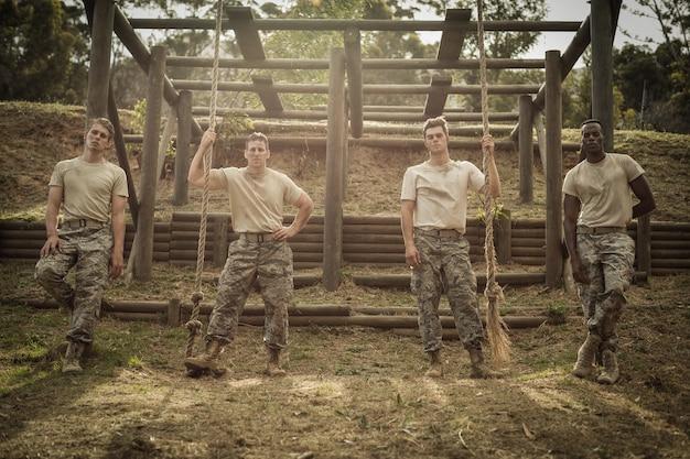 Żołnierze stojący w obozie dla rekrutów